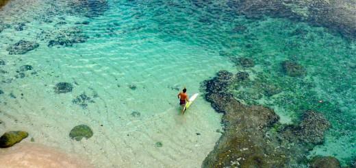 Entrada por la lengua de arena en Uluwatu