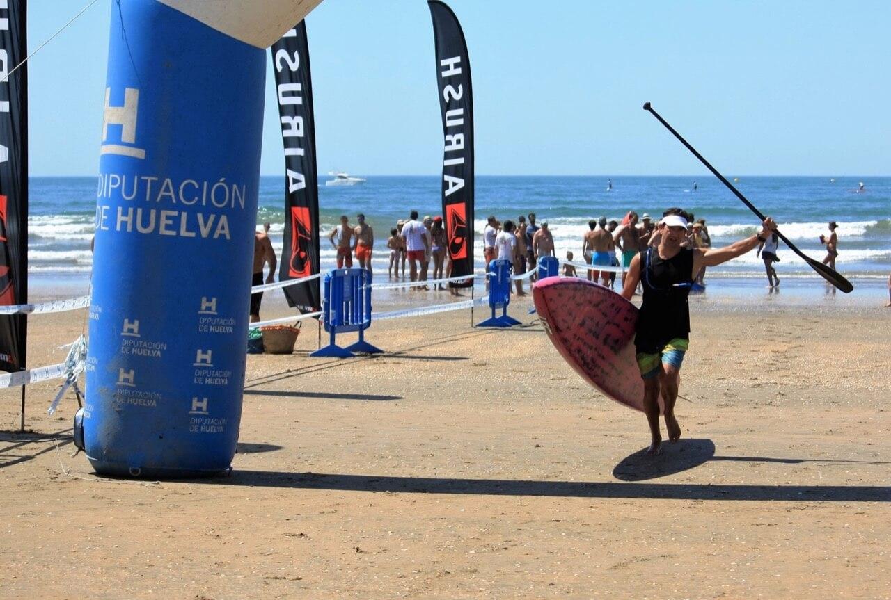 Paco Gallego cruzando la meta instalada en la Canaleta